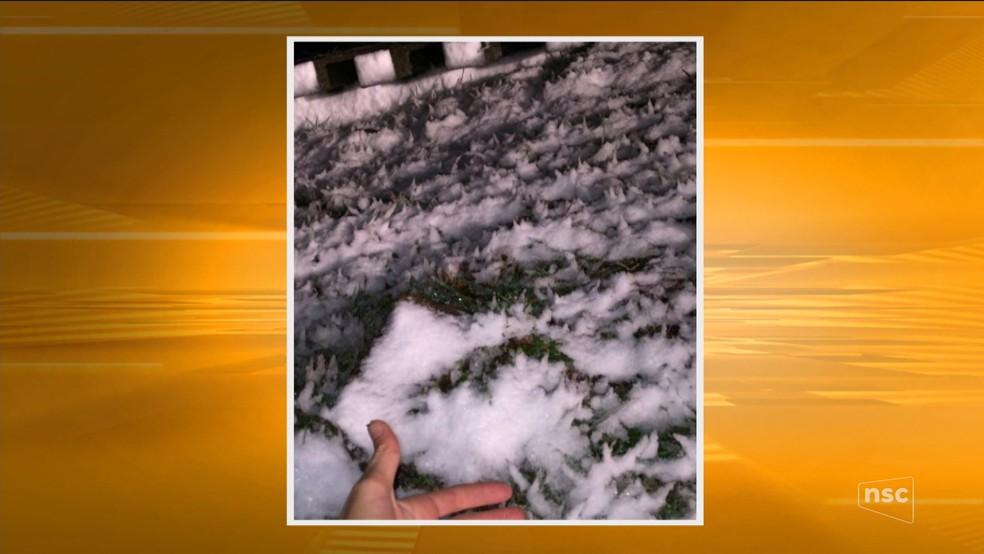 Neve acumulada durante a madrugada na Serra catarinense (Foto: Reprodução/ NSC TV)