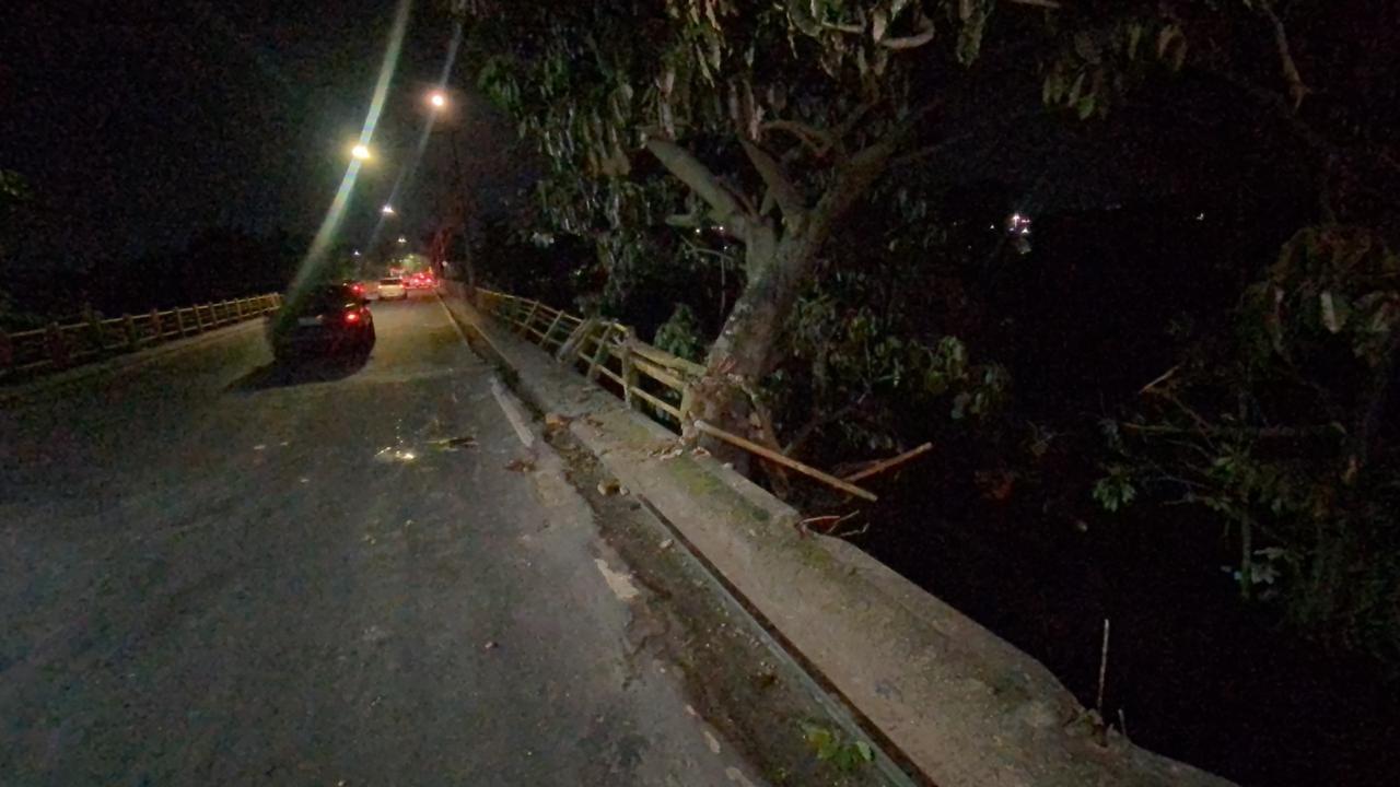Atropelado por carro, pedestre é arremessado e cai de altura de 5 metros em igarapé em Manaus
