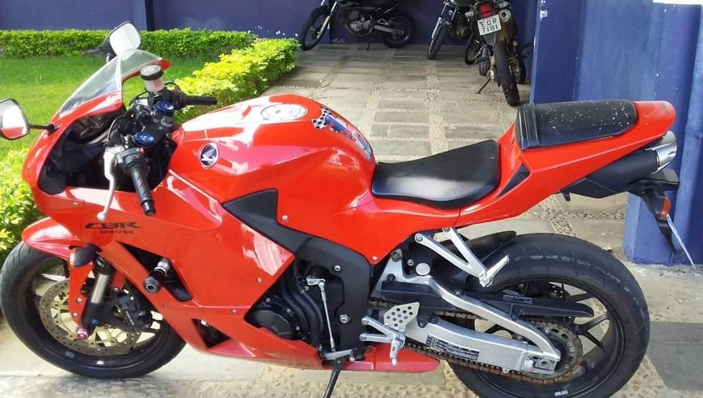 Motocicleta também foi apreendida — Foto: Polícia Civil / Divulgação