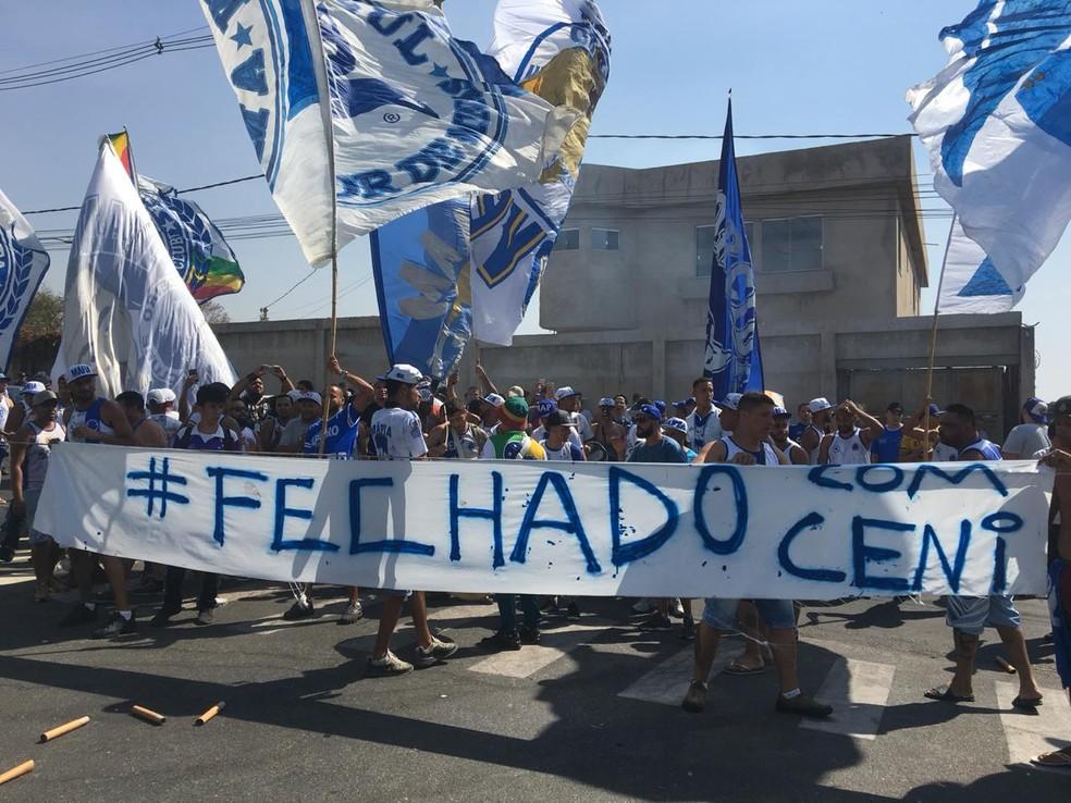 Torcida declara apoio a Rogério Ceni em manifestação na Toca da Raposa — Foto: Isamara Fernandes/GloboEsporte.com