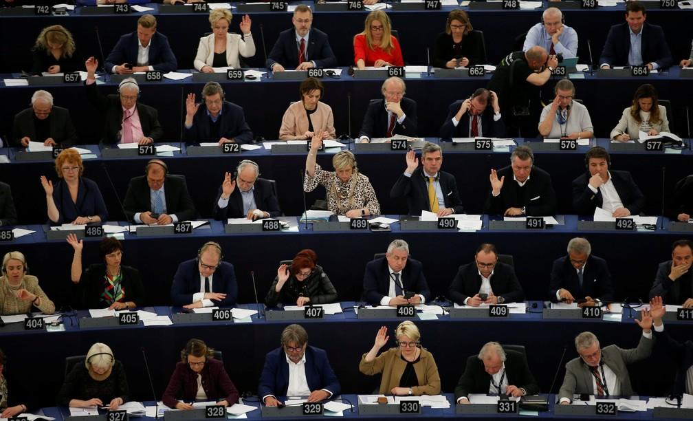 Membros do Parlamento Europeu participam nesta terça-feira (26), em Strasbourg, na França, de votação sobre nova diretriz de direitos autorais — Foto: Vincent Kessler/Reuters
