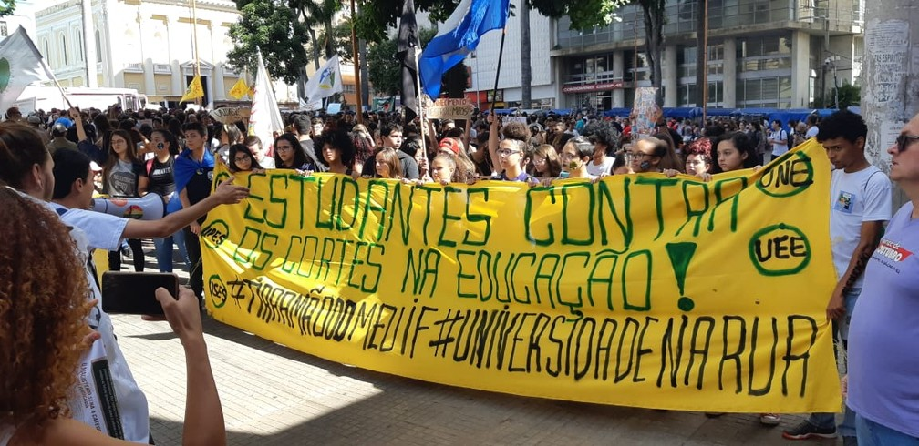 Sorocaba - estudantes e professores fazem protesto contra bloqueios na educação — Foto: Jomar Bellini/TV TEM