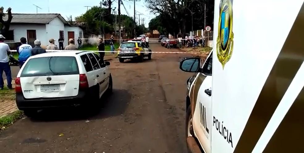 Segundo a polícia, o jovem estava pilotando uma moto, no bairro Três Lagoas, onde foi abordado por uma dupla em outra moto — Foto: Vinícius Machado/RPC