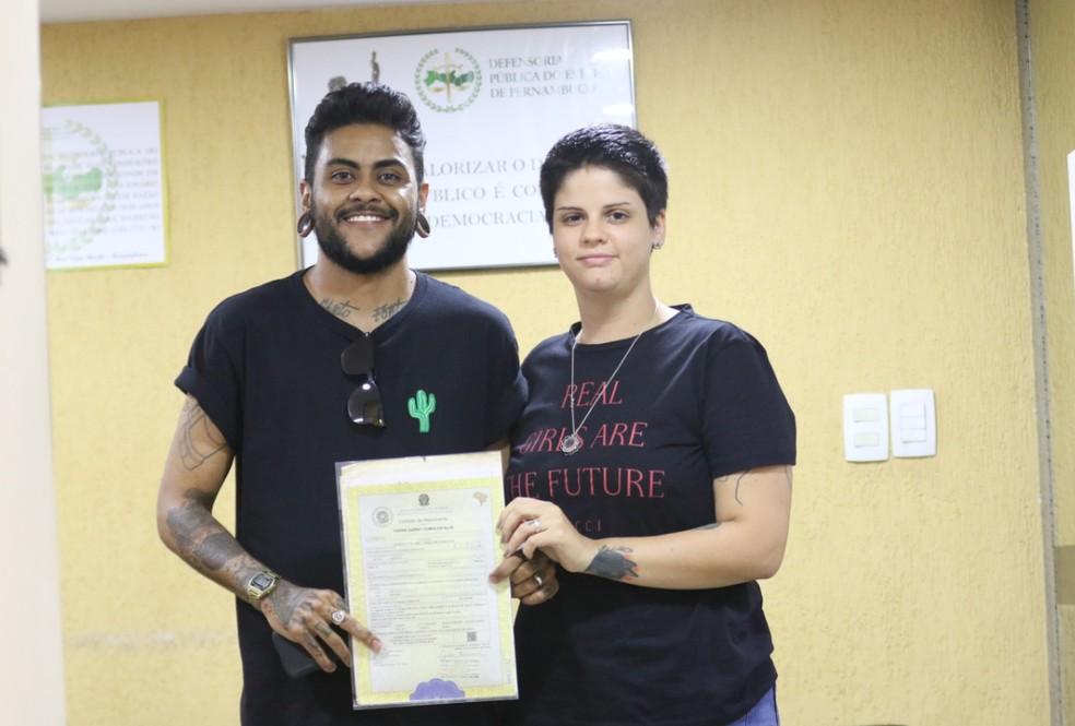 Victoria e o futuro marido foram à Defensoria Pública de Pernambuco dar início ao processo para casarem no civil — Foto: Aldo Carneiro/Pernambuco Press