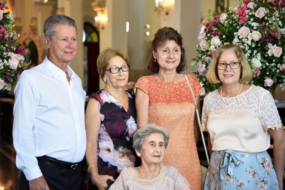 Maria com os quatro filhos — Foto: Gustavo Duarte/Prefeitura de Cuiabá