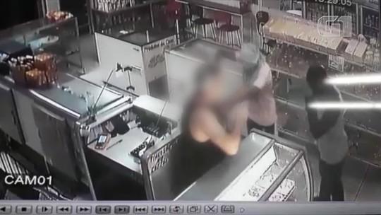 Assaltante usa pedra e outro arma para ameaçar vítimas em assalto a padaria em Porciúncula, RJ; Vídeo