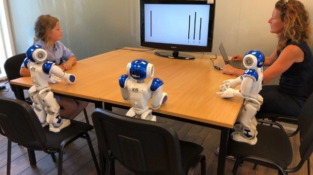 Criança participando do teste com robôs (Foto: Divulgação Universidade de Plymouth)