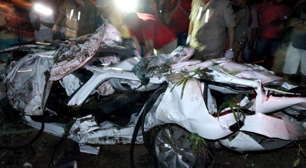 Carro ficou destruído após colidir contra um caminhão na BR-104 (Foto: Ney Lima/Divulgação)