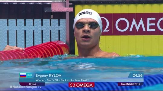 Evgeny Rylov vence a semifinal 1 dos 50m costas masculino