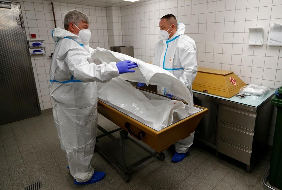 Profissionais preparam o corpo de mulher que morreu de Covid em Berlim, na Alemanha — Foto: Fabrizio Bensch/Reuters