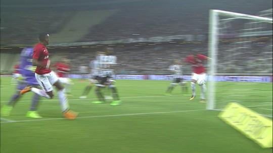 """""""Tomamos dois gols de bobeira"""", diz Roberto ao fim do jogo com o Inter"""