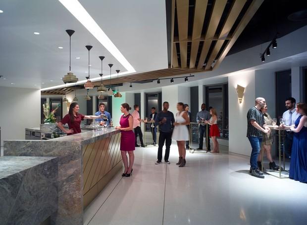 BAR | O bar oferece uma ampla variedade de vinhos, cervejas e coquetéis (Foto: OUE Skyspace LA/ Reprodução)