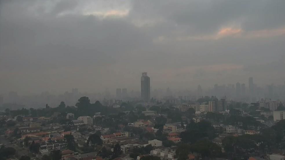Fumaça causada por incêndio em Pinhais atingiu bairros de Curitiba, nesta terça-feira (16) — Foto: Reprodução/RPC