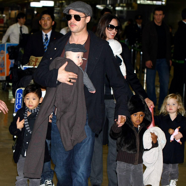 O ator Brad Pitt e a atriz Angelina Jolie na época que ainda eram casados e com alguns dos seus seis filhos (Foto: Getty Images)