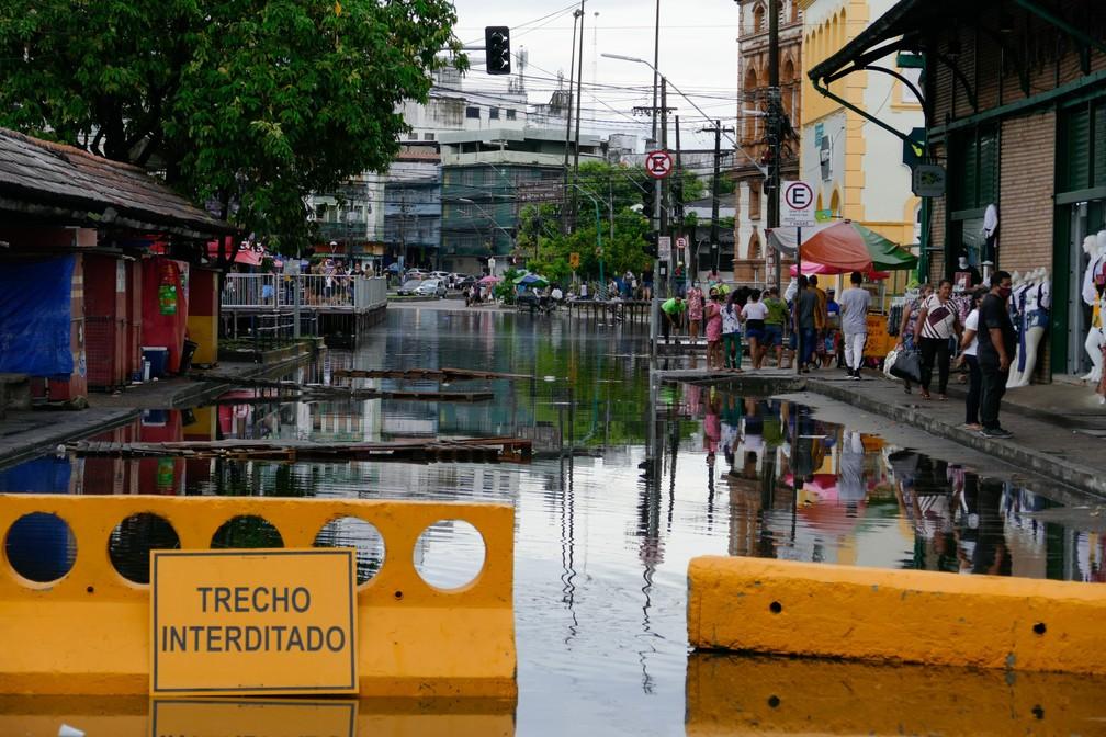 Rua no centro de Manaus interditada após ser inundada com a água do Rio Negro — Foto:SANDRO PEREIRA/FOTOARENA/FOTOARENA/ESTADÃO CONTEÚDO