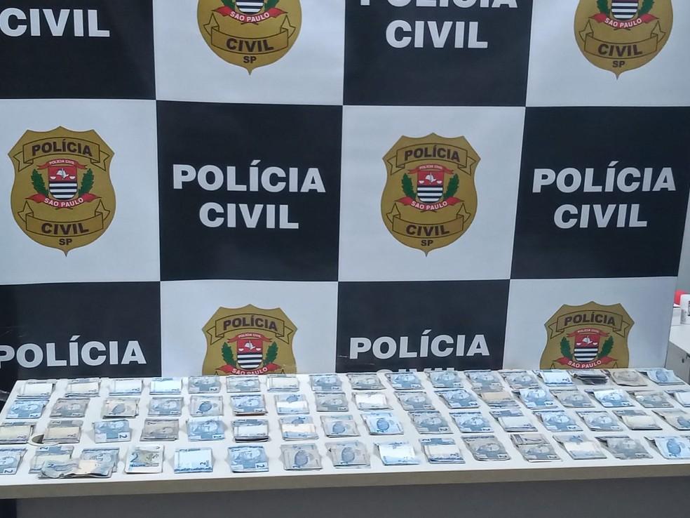 Foram apreendidas com os suspeitos grande quantidade de notas de R$ 2 roubadas de farmácias no interior de SP e em Uberlândia (MG) — Foto: Polícia Civil/ Divulgação