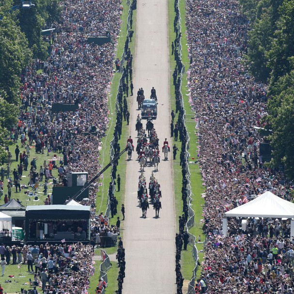 Fãs assistem ao cortejo de Meghan e Harry em Windsor (Foto: Getty Images)