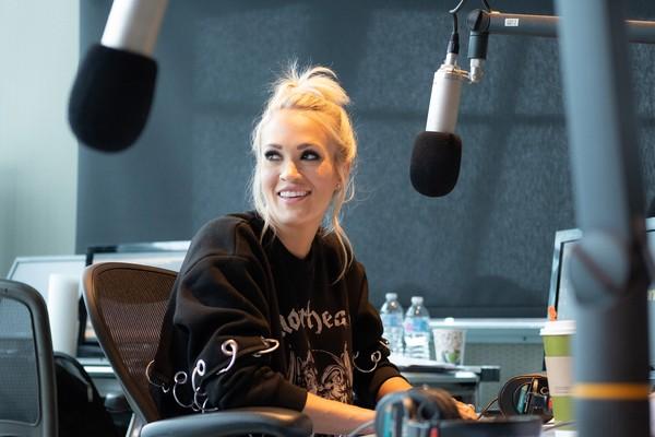 A cantora Carrie Underwood no programa de rádio no qual falou sobre o acidente sofrido por ela (Foto: Getty Images)