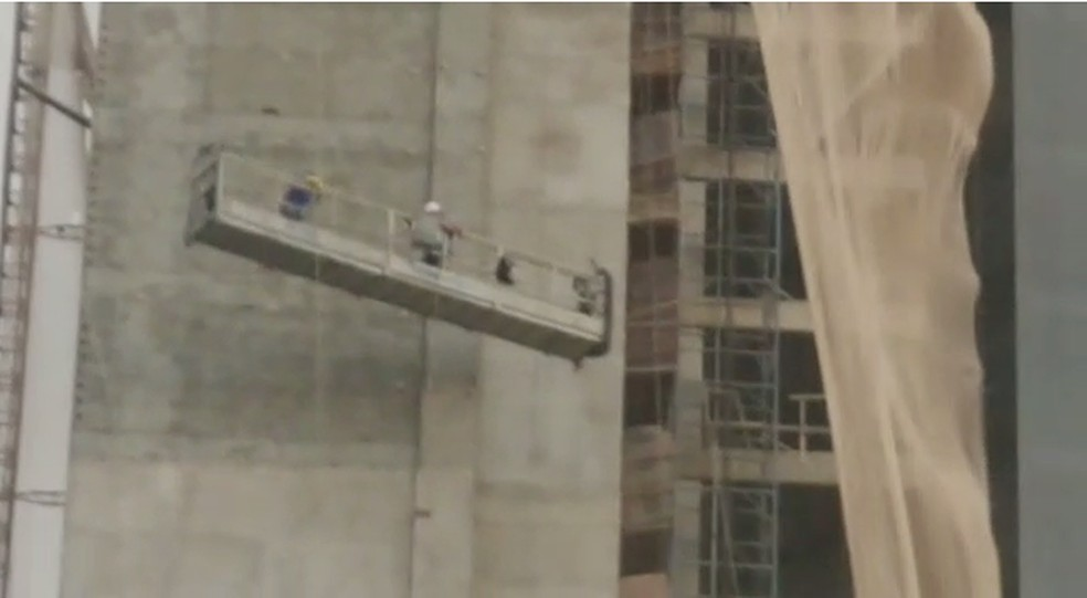 Elevador de construção balança com trabalhadores em prédio de Maringá — Foto: Ademir Kimura/Arquivo pessoal