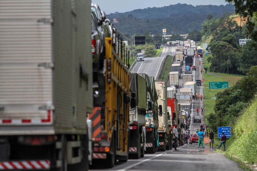 Caminhoneiros bloqueiam o trânsito na altura do km 67 da BR-116, em Campina Grande do Sul (PR), sentido São Paulo, durante greve que paralisou o país (Foto: Franklin de Freitas / Estadão Conteúdo)