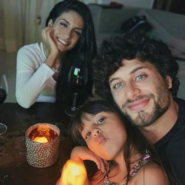 Jesus Luz com a mulher, Carol Ramiro, e a filha, Malena (Foto: Reprodução/Instagram)