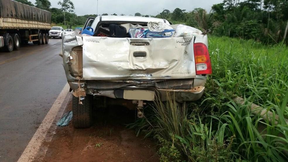Caminhonete reduziu velocidade para passar por uma curva quando foi atingida (Foto: PRF/Divulgação)
