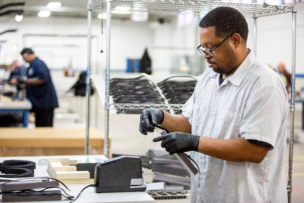 Produção de protetores faciais em fábrica da Ford — Foto: Divulgação