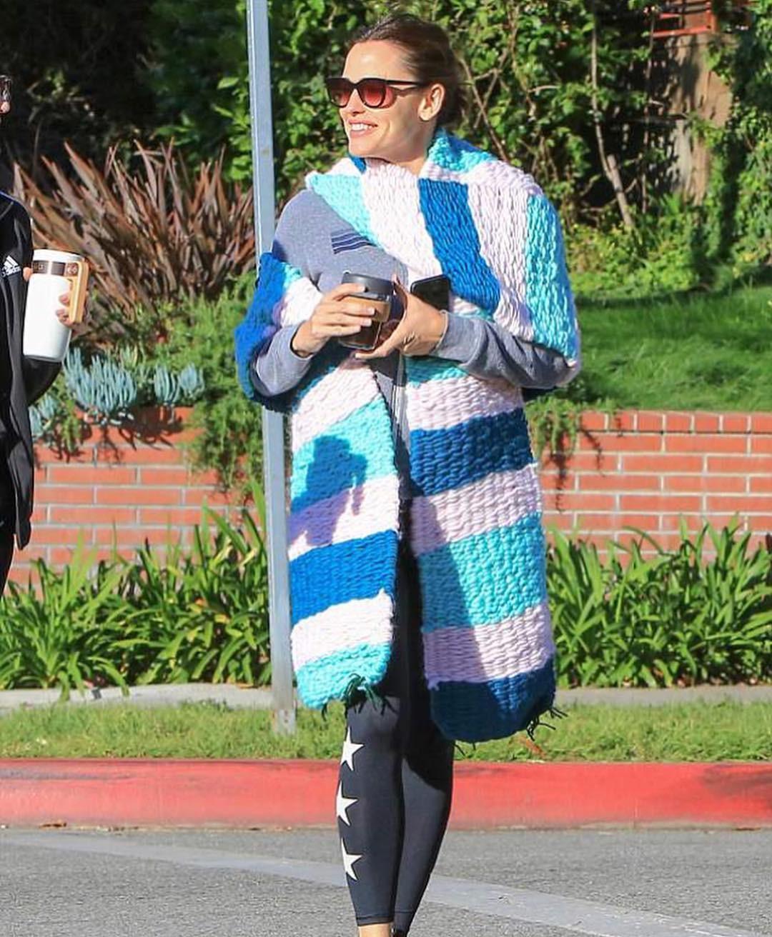 Jennifer Garner com o cachecol feito pela filha (Foto: Reprodução Instagram)