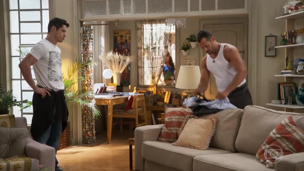 Tancinha (Mariana Ximenes) flagra Apolo (Malvino Salvador) falando mal dela para Adônis (José Loreto) em 'Haja Coração — Foto: Globo