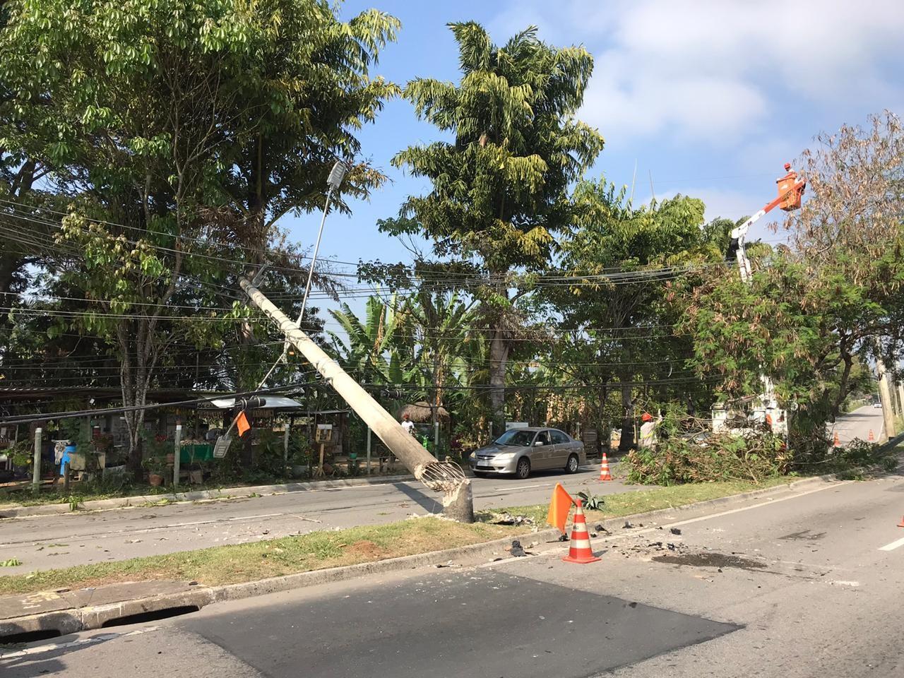Carro derruba poste em acidente na zona oeste de São José dos Campos