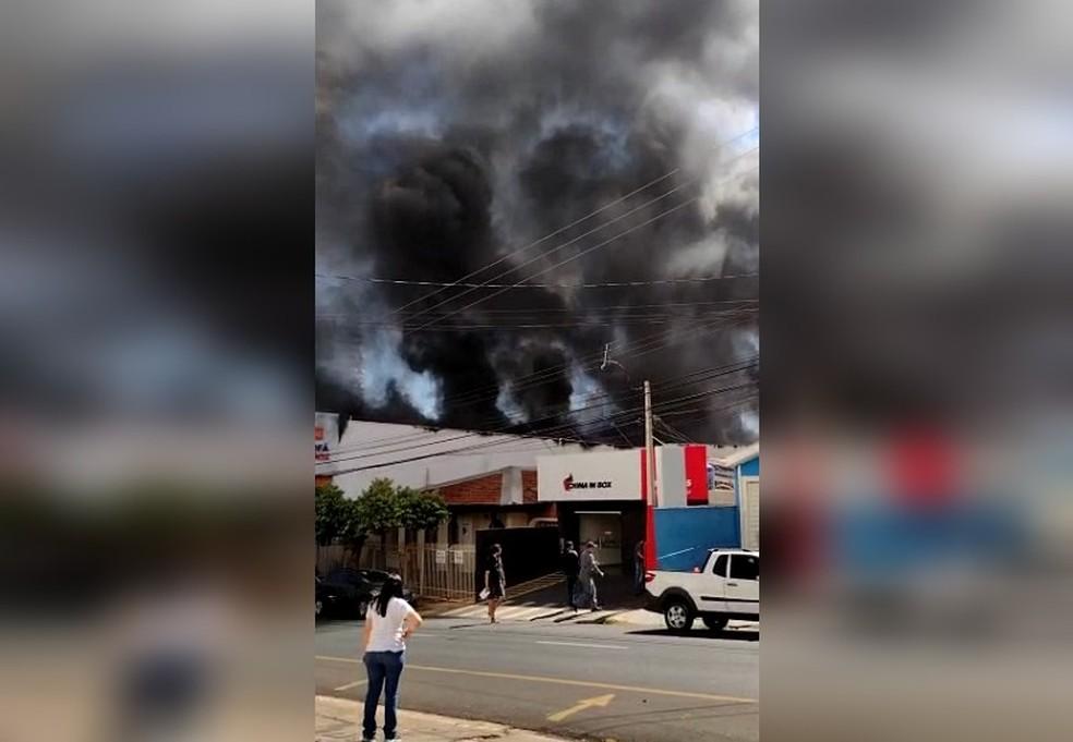 Incêndio atinge loja de estofados e destrói mercadorias em Rio Preto — Foto: Arquivo Pessoal