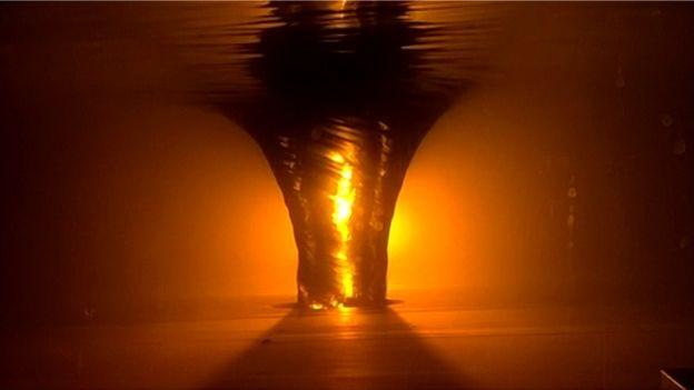 Se fosse viável, criar um buraco negro de verdade em laboratório colocaria em risco o Sistema Solar inteiro (Foto: SILKE WEINFURTNER/UNIVERSIDADE DE NOTTINGHAM via BBC)