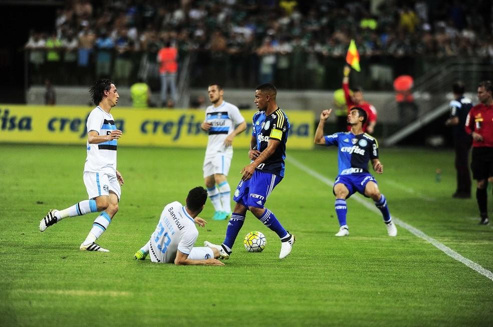 Jesus foi capitão diante do Grêmio de Pedro Geromel, hoje seu colega de Seleção (Foto: Marcos Ribolli)
