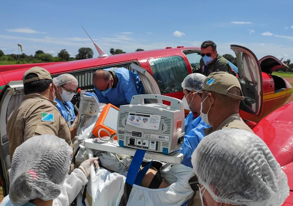 Bombeiros fizeram força-tarefa para transportar paciente — Foto: Corpo de Bombeiros/Divulgação
