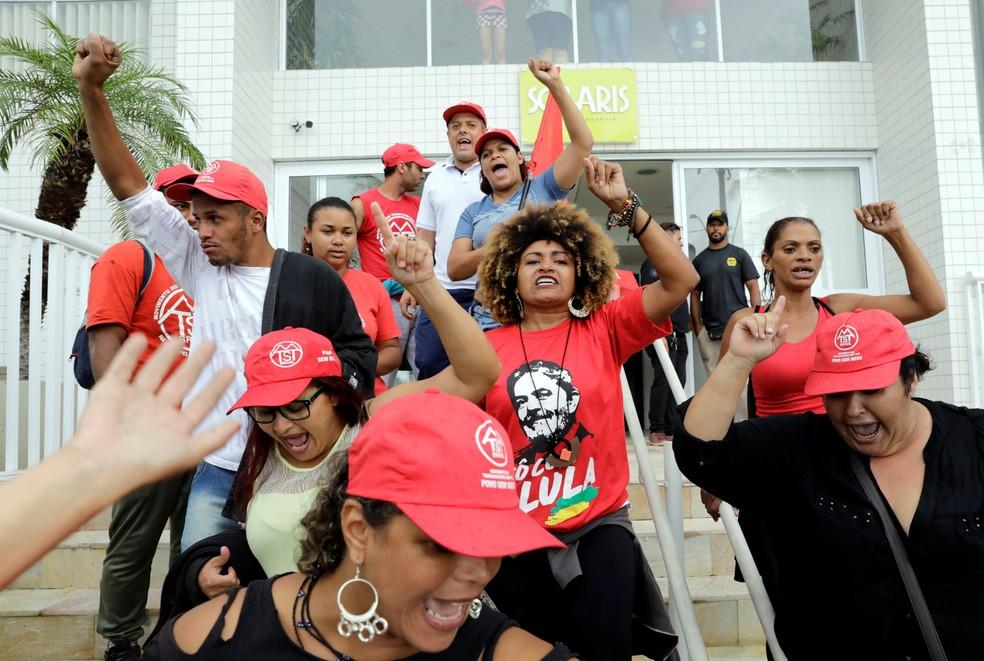 Integrantes do Movimento dos Trabalhadores sem Terra (MTST) deixam o edifício 'Solaris' após ocuparem o triplex atribuído ao ex-presidente Lula no Guarujá, no litoral de São Paulo (Foto: Paulo Whitaker/Reuters)