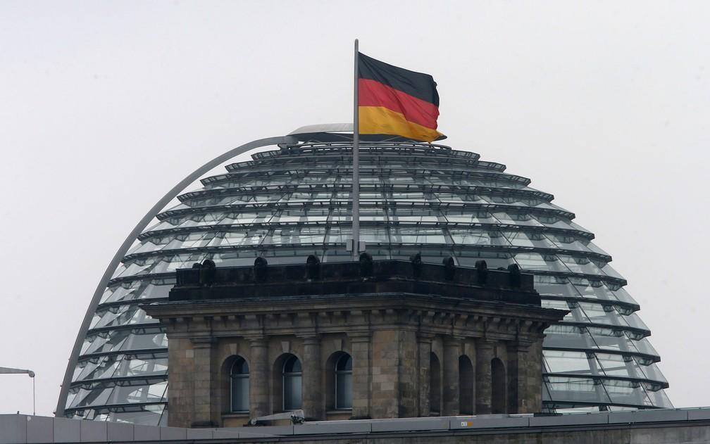 A cúpula transparente do Reichstag, prédio que sedia o Bundestag, em Berlim — Foto: AP Photo/Michael Probst
