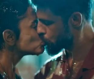 Dante (Cauã Reymond) e Júlia (Maria Casadevall) se beijaram depois de uma operação para conter um vazamento em 'Ilha de ferro' | TV Globo