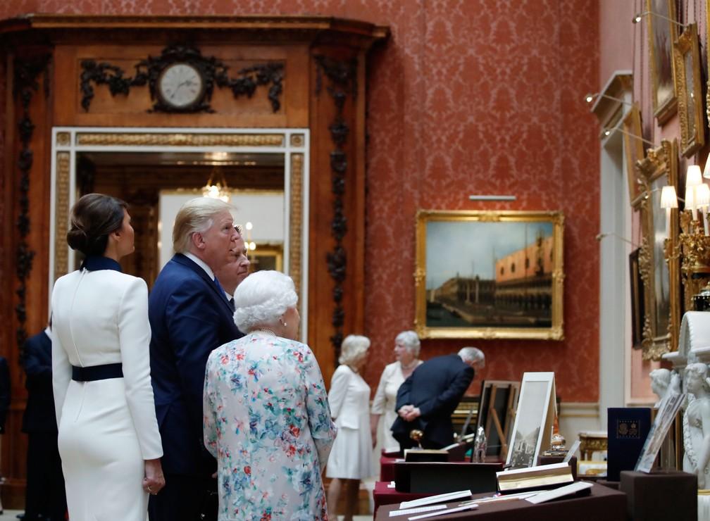 A rainha Elizabeth II acompanha Donald Trump e a primeira-dama, Melania, em uma visita pela galeria de arte do palácio de Buckingham, em Londres, nesta segunda-feira (3)   — Foto: Alex Brandon/AP