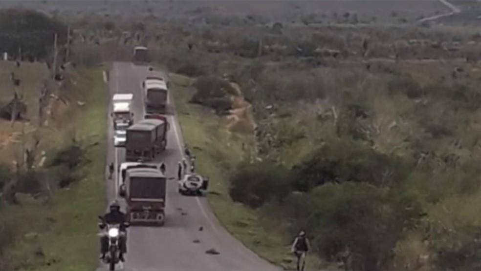 Três pessoas morreram após serem atingidas por pneu de carreta na Bahia — Foto: Reprodução/TV Subaé