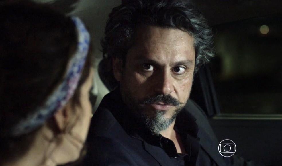 José Alfredo (Alexandre Nero) diz a Cristina (Leandra Leal) que muita coisa vai mudar após o exame de DNA - 'Império' — Foto: Globo