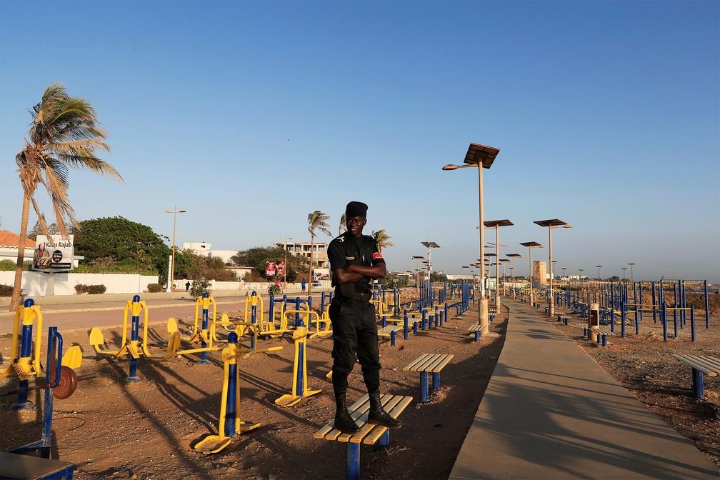 DAKAR (Senegal) - Policial faz guarda em um parque de exercícios físicos nesta terça-feira (24) para impedir que pessoas usem os equipamentos durante quarentena de prevenção contra o coronavírus em Dakar, no Senegal — Foto: Zohra Bensemra/Reuters
