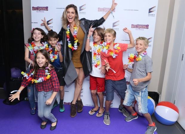 Fernanda Lima com os filhos Francisco e João, além de amiguinhos (Foto: Anderson Borde/Agnews)
