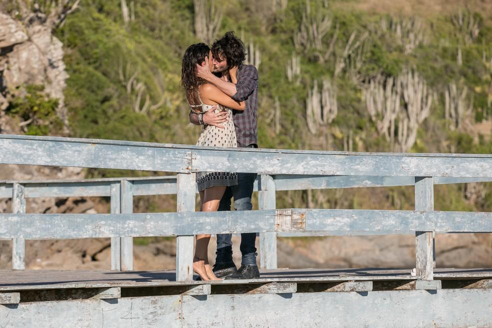 A morena tasca um beijo em Ruy (Foto: Fábio Rocha / Gshow)