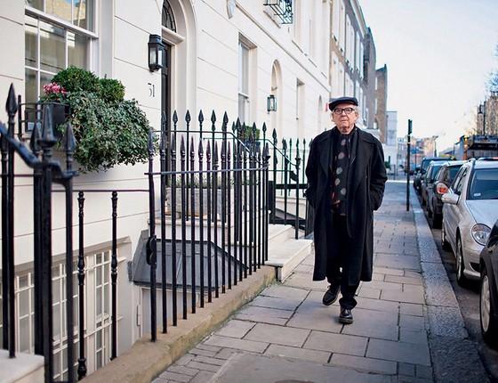 Olivetto na rua em que mora, em Londres (Foto: Acervo Pessoal)