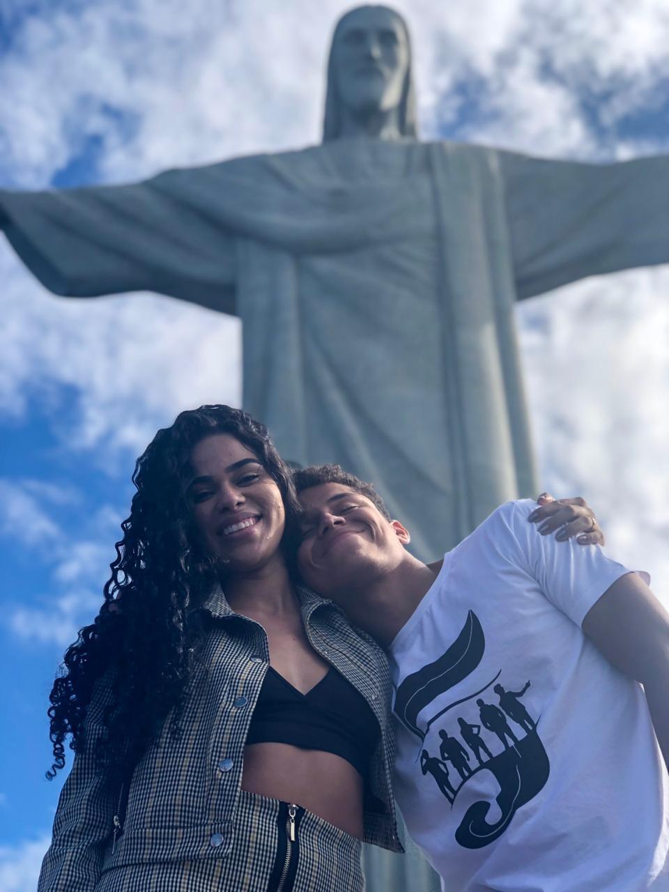 Danrley e Elana conhecem o Cristo Redentor (Foto: Mayara Vieira/Divulgação)