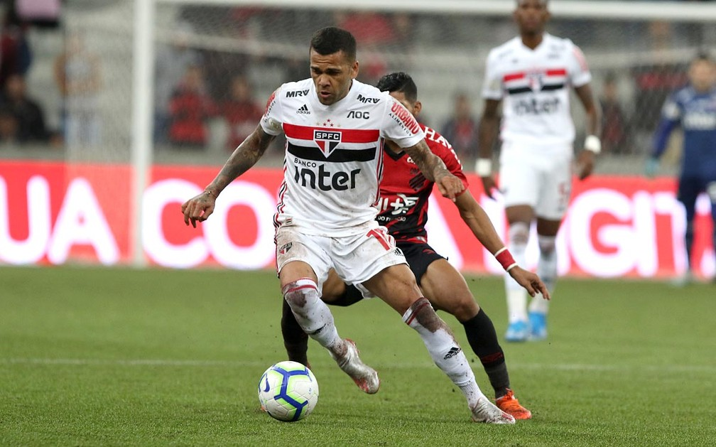 Daniel Alves em ação durante Athletico x São Paulo — Foto: Rubens Chiri/saopaulofc.net