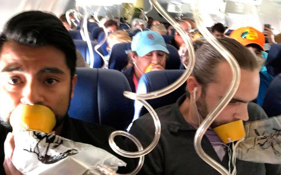 Passageiros com máscaras em meio ao acidente do voo 1380 da Southwest Airlines, em 17 de abril (Foto: Marty Martinez via AP)