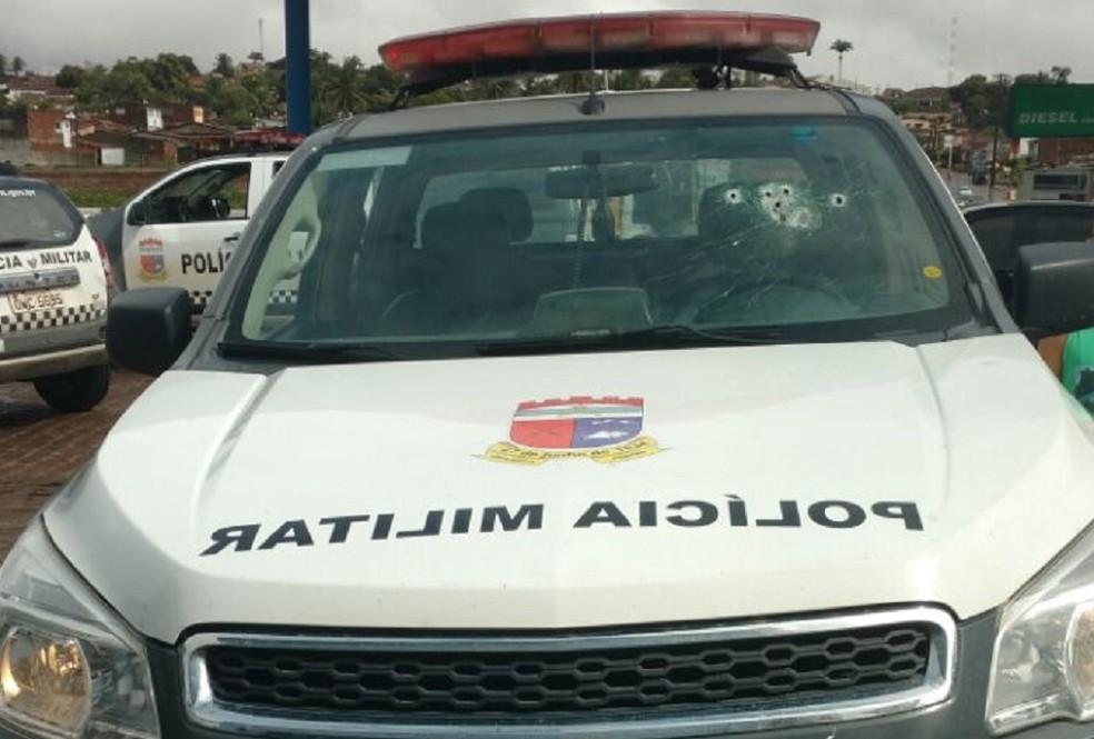 Tiros atingiram para-brisa da viatura do 3º Batalhão da PM (Foto: Divulgação/ PM)