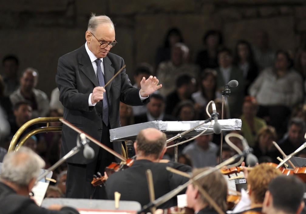 Ennio Morricone conduz a Orquestra Filarmônica Nacional Húngara em apresentação em julho de 2009 — Foto: AP Photo/Boris Grdanoski, arquivo