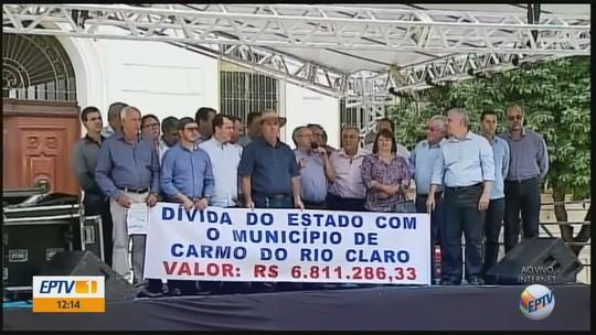Prefeitos de 27 cidades protestam em Passos contra atrasos de repasses do Governo de MG